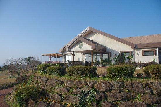 都農ワイナリー外観。店内ではワインやおつまみなどの販売、カフェスペースなどがあります。