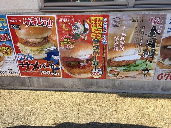 店舗外側にメニューのポスターがたくさん。