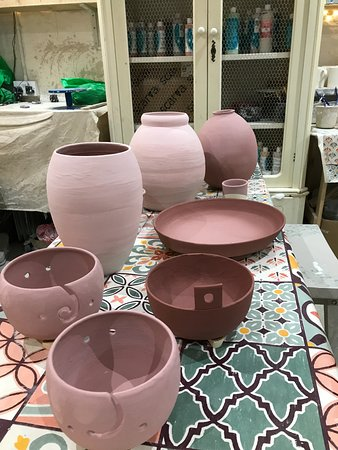 Art Shop And Pottery: Big pots and smaller ones