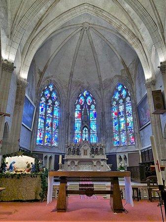 Mouilleron-en-Pareds, Pháp: Une église claire, en bon état général mais je n'ai pas trouvé cet édifice particulièrement accueillant. Les verrières gothiques du chœur sont spectaculaires pour cette église qui doit son aspect actuel aux aménagements du 19ème siècle : l'abside, les absidioles, la crypte datent de cette époque. Pour les extérieurs, le chevet est la partie la plus intéressante à regarder, car, à l'ouest comme au nord des bâtiments enserrent l'église.