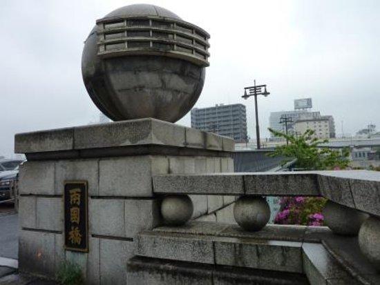 この球体は国技館の屋根を模したデザイン。