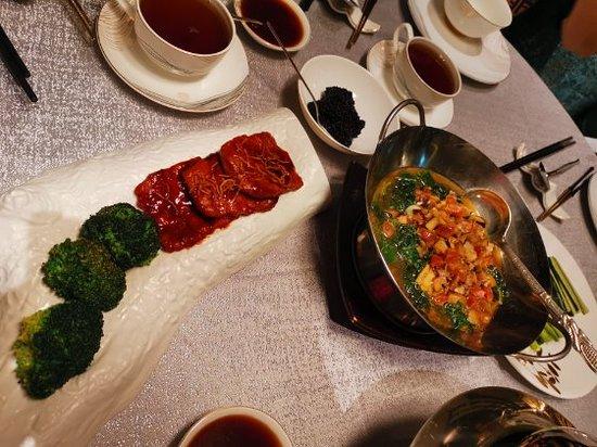 服務很週到,尤其食物很好,全晚是經理 saruyoo chamnanmor, 下次到曼谷必湯非常美味定會再去,必吃片皮鴨,花膠