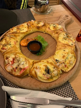 Very nice place with lot of light and a good atmosphere. Very clean. Friendly staff. Outstanding food, we ate a salad with cheese and a sea food pizza which comes in an unusual shape but is plenty filled woth sea food. Just delicious!