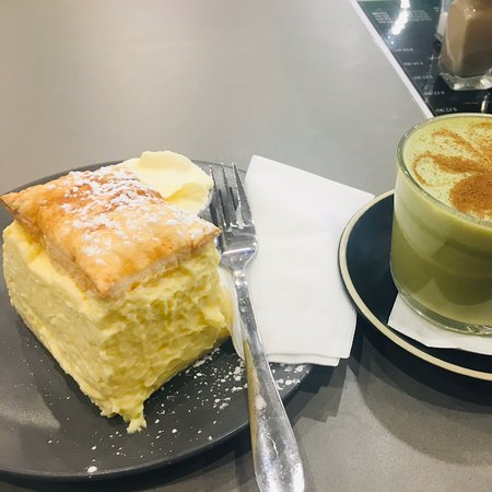 Morayfield, Австралия: Vanilla cake & matcha tea , So yummy !