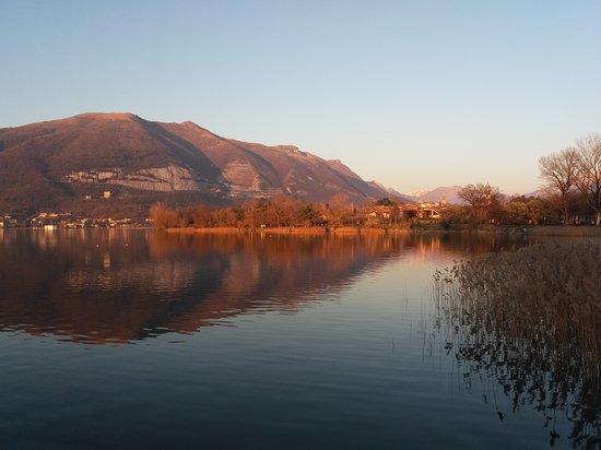 Bosisio Parini, Италия: Tramonto sul lungolago Gianni Brera