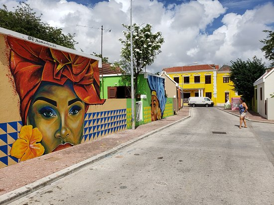Otrobanda : This street features three gorgeous ladies