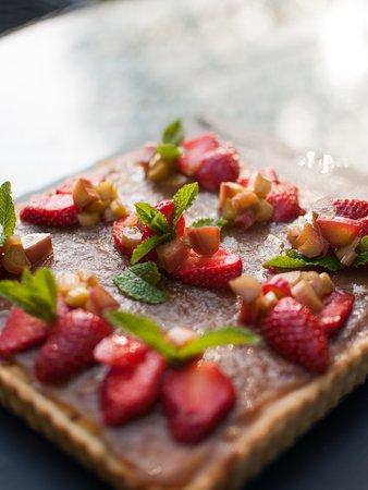 Benoitville, Frankrike: tart made with rhubarb from the garden