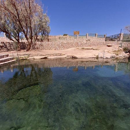 Peine, un lugar alejado se San Pedro de Atacama. Tiene unas piscinas naturales que hacen de este lugar un oasis dentro del desierto. El valor de entrada es de $2500 adulto y $1500 niño en pesos chilenos. Por precaución venir con el estanque lleno y traer mucha agua y calzando cómodo