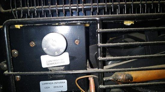 Aqui está, teoricamente a regulagem de temperatura do frigobar. Mas não mudava nada. Sempre permanecia quente.