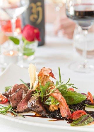Geniessen Sie unser Essen mit passendem Wein aus unserer begehbaren Enothek