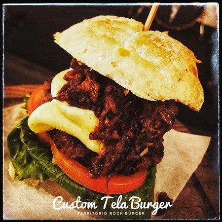 Custom Tela Burger Pão Ciabatta, costela gaúcha desfiada, requeijão, maionese caseira, chimichurri, hambúrguer de costela de 160 gramas, cebola na chapa,alface americano e tomate
