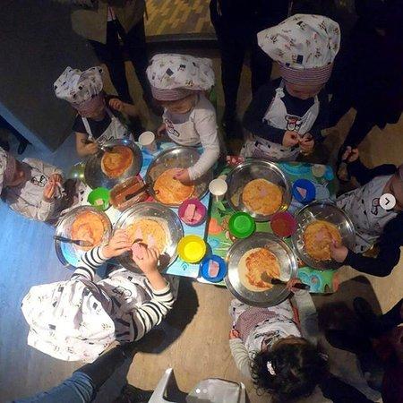 Los pequeños también pueden disfrutar de actividades diseñadas para ellos, como nuestros cocineritos.