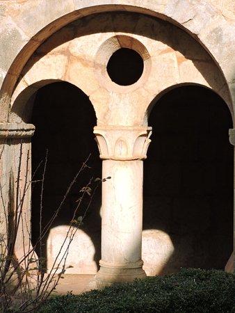 Les arcades géminées du cloître