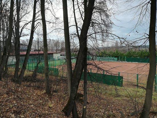 Теннисный корт и поле для мини-футбола
