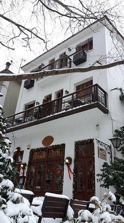 εξωτερική άποψη - στο ισόγειο το εστιατόριο - στην κεντρική πλατεία της Πορταριάς