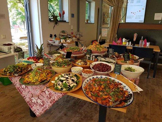Grymt grönt och störtskönt! Tavernan serverar klimatsmart vegetarisk och vegansk mat lagad från grunden i vårt eget kök. Råvarorna väljer vi efter säsong, smaksättning och kryddning är inspirerad från hela världen.