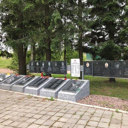 Vidlitsa, Russia:  Мемориальный комплекс с несколькими групповыми воинскими захоронениями