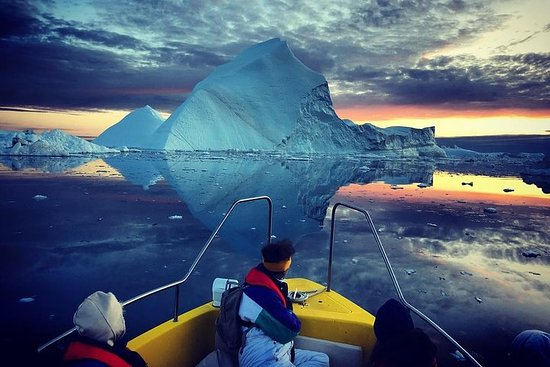 在联合国教科文组织世界遗产名录中的雄伟冰山中航行