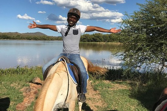 Guidede ponyridning i den rolige omgivelsene til Notwane Dam