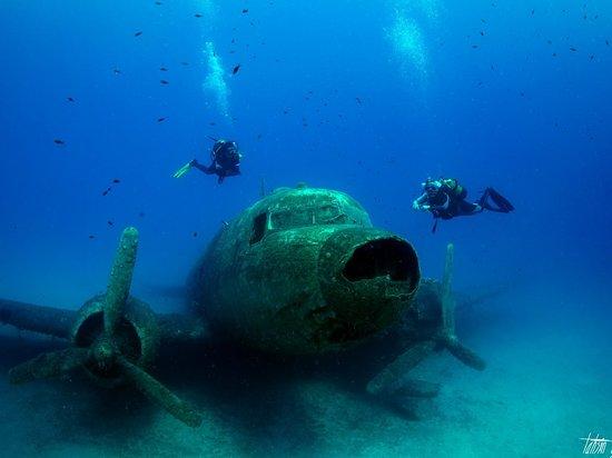 Fener reeften günaydın. Türkiye karasularında tek parça halinde gezebileceğiniz tek C-47 Dakota  kargo tipi uçakla burada tanışabilirsiniz. Üstelik her hava koşulunda ve her seviye dalıcıya da uygun 📸 Tahsin Ceylan