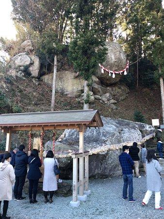 入口脇巨石に沢山の合格祈願の絵馬が結ばれている