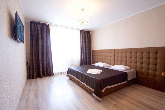 Krasnoyarsk Krai, รัสเซีย: Стильная и просторная спальня.  Большая, удобная кровать и телевизор.