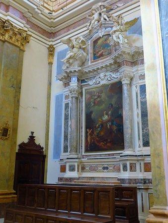 L'altare in marmi policromi con statue di angeli nel transetto di dx