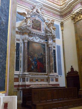 L'altare in marmi policromi con statue di angeli nel transetto sx