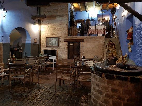 Patio interior para entrar en el bar.