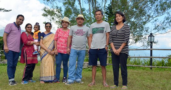 Chota Mangwa, Индия: The tourists with the host Mr Sonam and his family