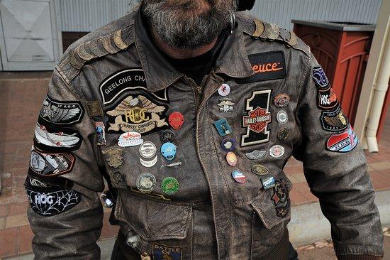 Giacca di un centauro con moto  Harley Davidson, sosta in un bar di Norseman dopo centinaia di chilometri su strade deserte - Australia. Cliccare sulla foto per vederla come scattata.