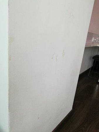 Die Wände voller Spritzer und Schmutz