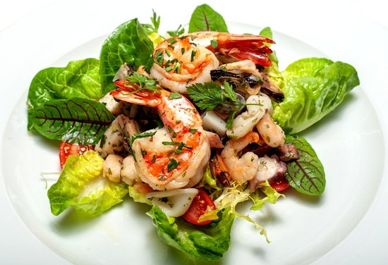 INSALATA AI FRUTTI DI MARE variace salátů, mořské plody, rajčata
