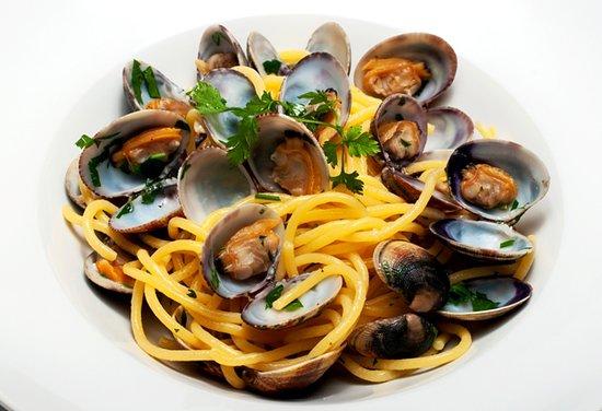 SPAGHETTI ALLE VONGOLE  domácí spaghetti se srdcovkami na česneku a bílém víně