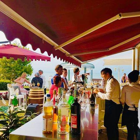 Breach Bar estivo aperto a tutti i clienti, sia dell'Hotel che esterni, con tavolini e divanetti in terrazza/giardino fronte lago