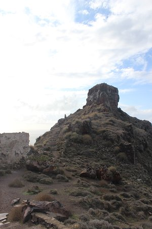 Hiking up to Skaros Rock