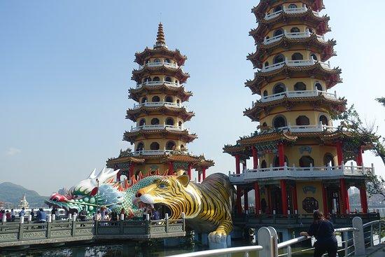 中華風の楼閣。下には龍と虎。いかにも、、、ですね!