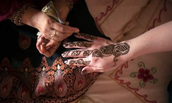 Unforgettable Experience of Red Dunes Desert Safari Tour: perfect henna painting tatto at my hand