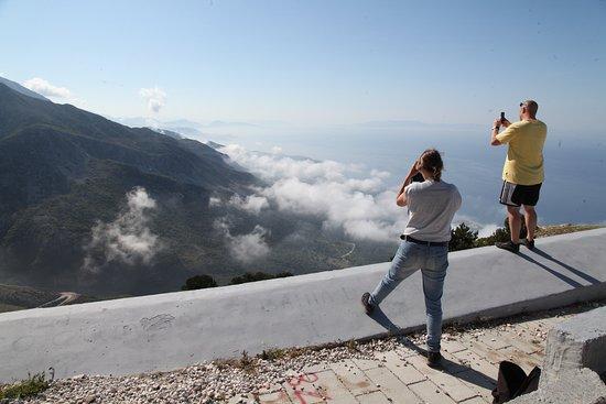 Palase, Albania: Het panorama punt. Bij gunstige wind kun je vanaf hier mee als passagier om te paragliden.