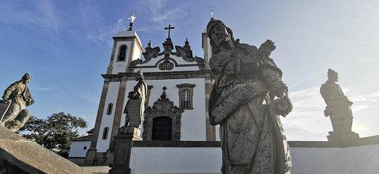 Visão para a Basílica do Senhor Bom Jesus de Matosinhos, com a estátua em pedra-sabão do Profeta Ezequiel à frente