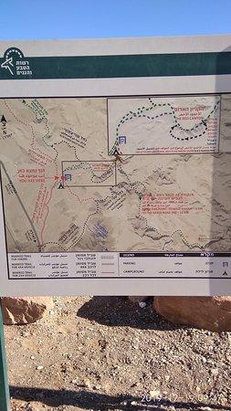 Карта маршрутов по Красному каньону, висит на стенде в начале пути, здесь же можно взять бумажный вариант.