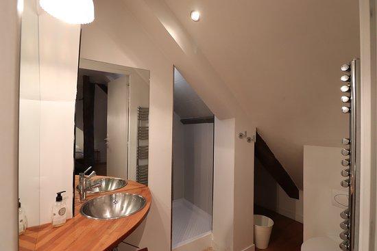 Chambre double vue sur ville, salle de bain avec douche sous le toit.