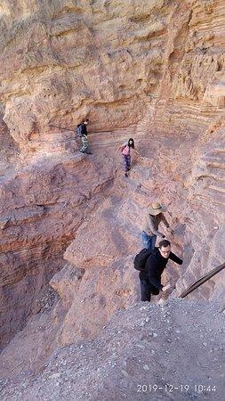 В каньоне есть небольшой отрезок пути для любителей скалолазания- по узким выступам на высоте, но вбиты скобы в скале, но можно обойти этот участок.
