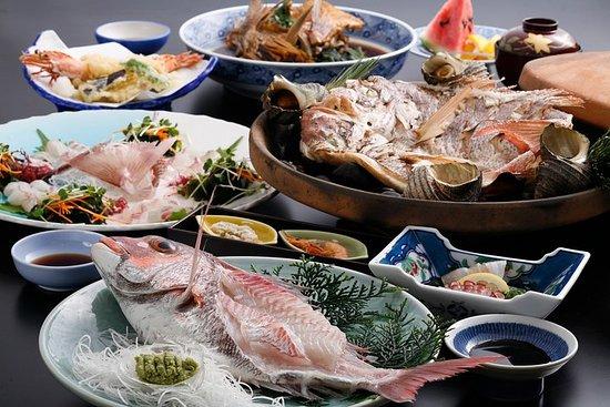 Plan de déjeuner 'Ikizukuri' en plein air dans le bain et la daurade...