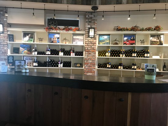 Redwood Valley, CA: Tasting Room Counter