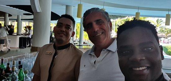 Una de las mejores experiencias durante la semana fueron sin duda las tardes en el bar atendido por Ronni Gómez, Wander Guerrero y Yohandy Baez.  Trato, atención,  simpatía y los mejores cocktails.  Verdaderos profesionales.  Muchas gracias por la atención. Volveremos.