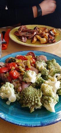 salsiccia con patate, spiedini con broccoli