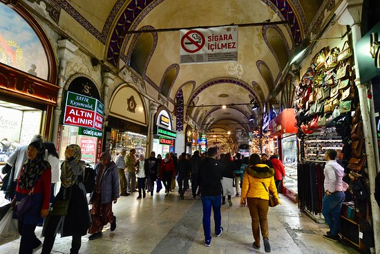屋根付きの商店街というか市場で、間口の小さな店が無数に並ぶ。