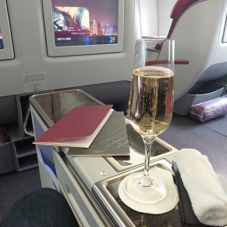 Qatar Airways: Litt champagne mens en venter på take off