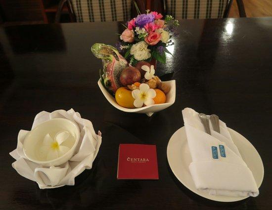 บนโต๊ะรับแขก มี ผลไม้ ให้ กินฟรี ครับ